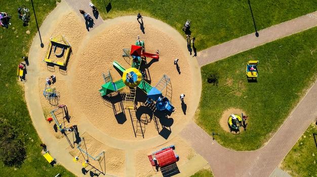 Вид с высоты на детскую площадку и отдыхающих людей в поселке дрозды в минске, беларусь.