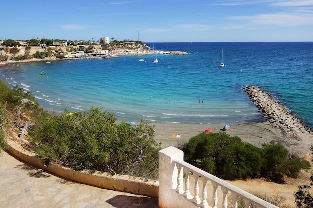 澄んだ青い水とビーチとマリンベイの高さからの眺め
