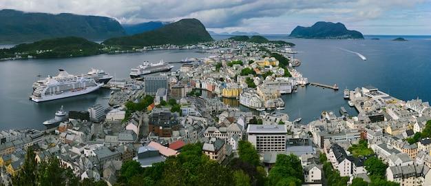 オーレスン、ノルウェー、パノラマの街のアクスラ山からの眺め