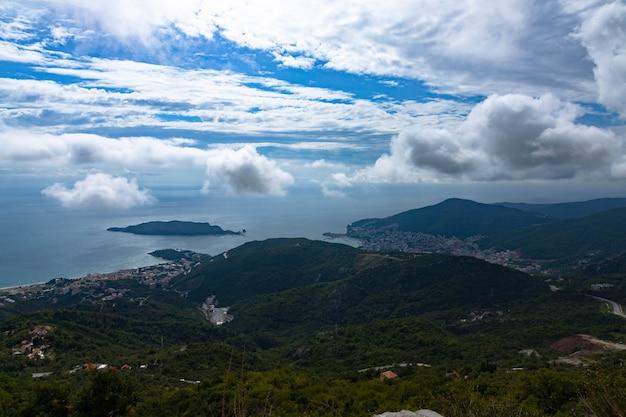 山からモンテネグロのブドヴァの街までの眺め。アドリア海沿岸と緑豊かな山々のパノラマ。