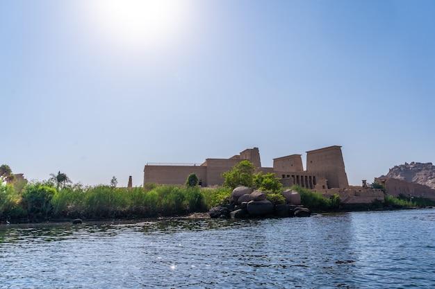 美しい柱、ギリシャローマ建築、愛の女神イシスに捧げられた寺院があるフィラエ神殿のナイル川からの眺め。アスワン。エジプト人