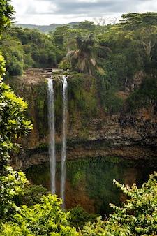 モーリシャスのシャマレル自然公園にある滝の展望台からの眺め