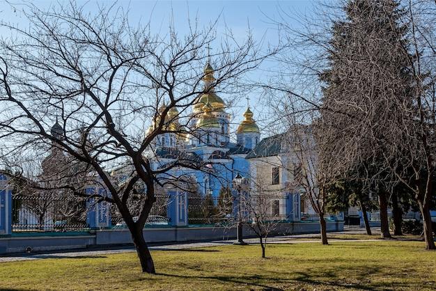 공원에서 mikhailovsky 수도원까지의 전망. 키예프 우크라이나, 황금 돔이 있는 정교회 건축 구조인 성 미카엘 수도원