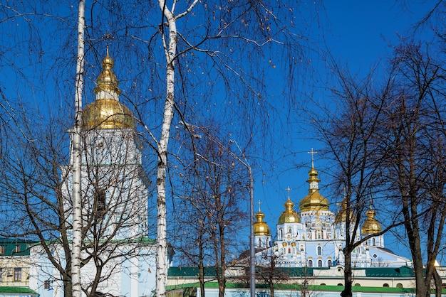 공원에서 mikhailovsky 수도원까지의 전망 st michaels 수도원 건축