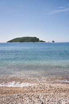 자갈 해변에서 세인트 니콜라스 부드바 몬테네그로 섬까지의 전망