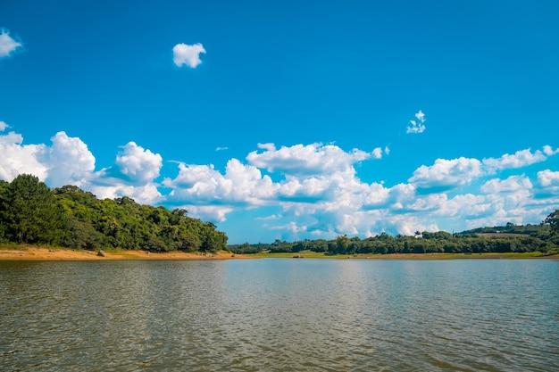 이 비우 나 댐 부두에서 바라본 풍경.