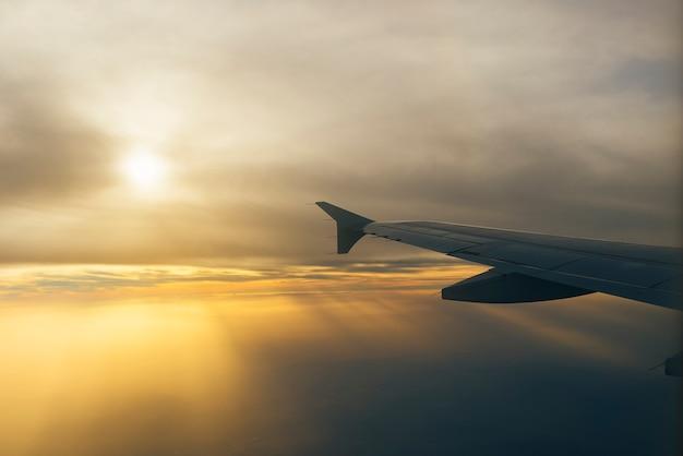 美しいオレンジ色の夕日の飛行機からの眺め
