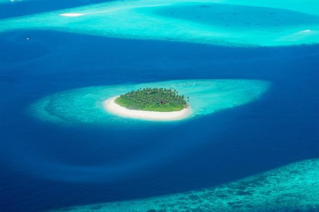 몰디브에 위치한 섬의 비행기에서보기
