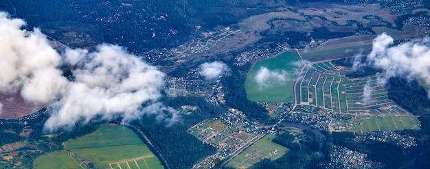 飛行機から村や畑のある人口密集地域までの眺め