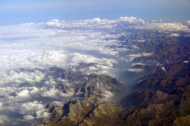 비행기에서 눈으로 덮인 산봉우리까지의 전망