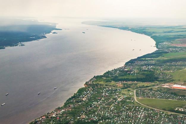 비행기에서 지구 표면까지의 전망 - 러시아의 볼가 강, 카잔 시 근처