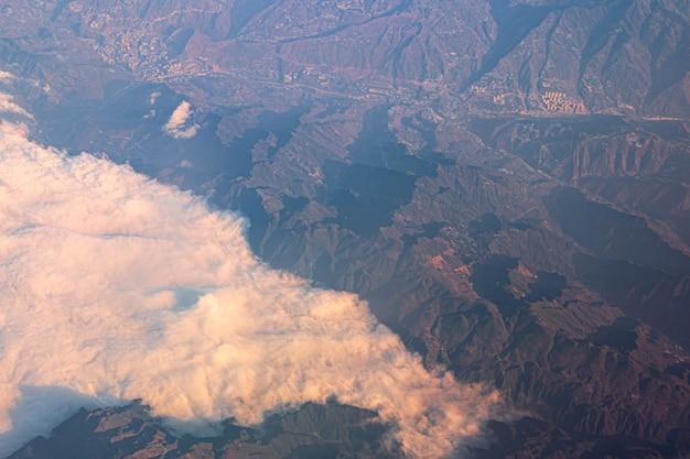 비행기에서 텐산 산과 중국의 도시 전망