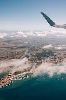 イタリアの東海岸とその下の海にある街の飛行機の窓からの眺め