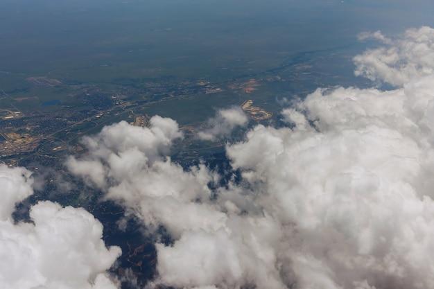 미국 덴버 시의 구름이 내려다보이는 비행기 창에서 보기