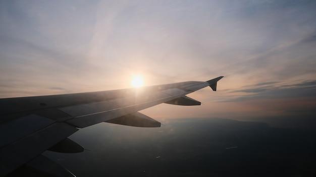 飛行中の航空機の舷窓から翼までの眺め