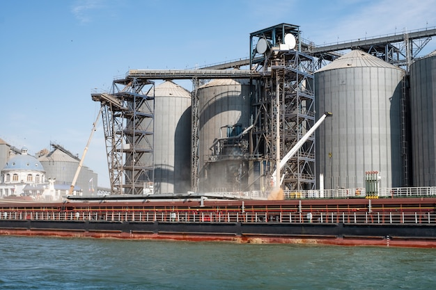 Вид с реки на портовую инфраструктуру, зернохранилища