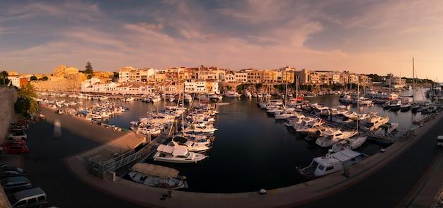 Взгляд от морского порта ciutadella de menorca в острове менорки, испании.