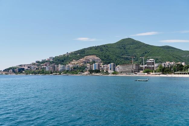 바다에서 건물과 부드 바 몬테네그로 해변까지의 전망