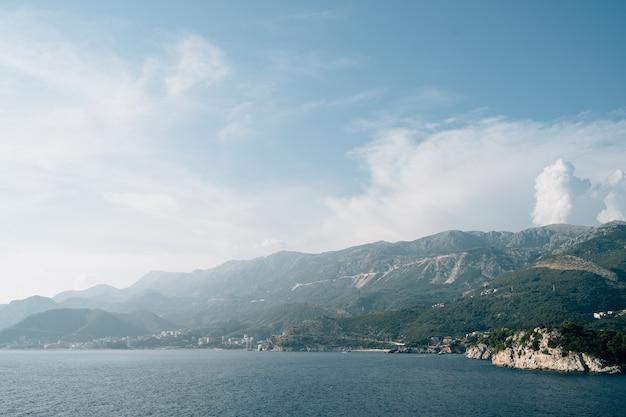 몬테네그로의 바다에서 부드바 베치치와 라파일로비치 해안까지의 전망