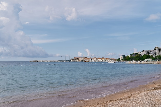푸른 나무로 둘러싸인 집들이 있는 바다에서 반도까지의 전망