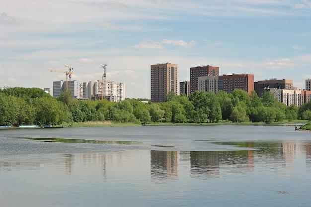 モスクワのイズマイロフの新しい家の銀ブドウの池からの眺め