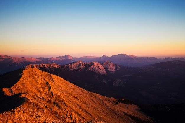 日の出中にタタリ山脈の頂上からの眺め