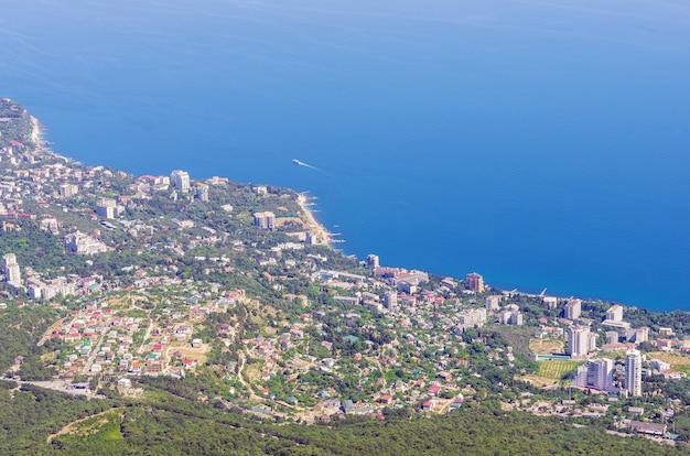 山頂から海辺の町までの眺め