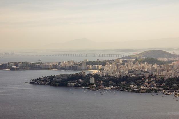 Вид с вершины парка города нитерой в рио-де-жанейро