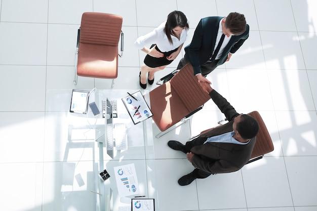 ビジネスミーティングで握手ビジネスパートナーを上から見る