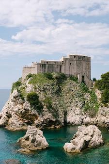 절벽에 있는 요새 lovrijenac 요새에 있는 두브로브니크 구시가의 벽에서 보기
