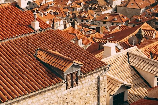 두브로브니크 구시가지의 기와 지붕에 있는 벽에서 본 전망