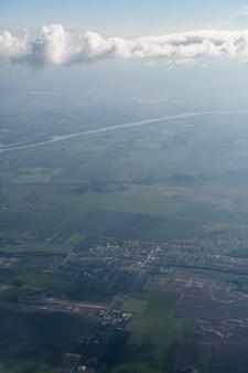 비행 비행기의 창에서 헝가리 부다페스트의 들판과 땅을 볼 수 있습니다.