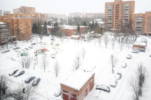 눈 덮인 안뜰에 있는 다층 건물의 창에서 보기, 겨울 풍경
