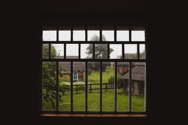 Вид из окна на живописный сельский пейзаж летом