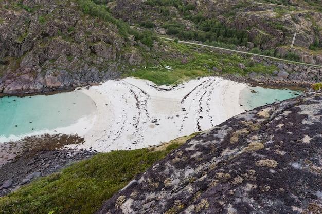 トロールスカーホルメン島から岩の多い海岸と砂浜、ロフォーテン、ノルウェーの眺め