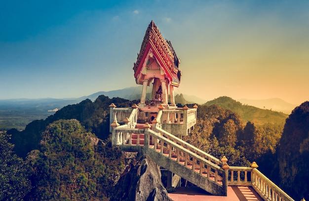 Вид из храма тигра (ват тхам суа) - южный таиланд, краби. одно из самых священных буддийских мест. южный таиланд, краби. ретро винтажный эффект. синяя тонировка. туристическая достопримечательность. места для посещения.