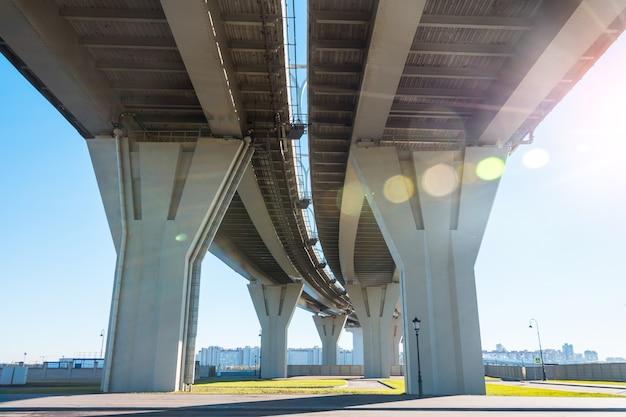 高速道路橋の下から曲がり角を曲がったところからの眺め。