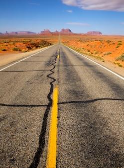 モニュメントバレーユタ州への米国の風光明媚な道路からの眺め