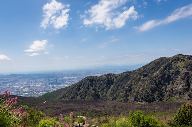Вид с вулкана везувий в италии на побережье моря и города сверху, на фоне неба.