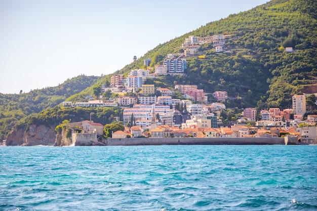 モンテネグロのブドヴァ市の水からの眺め聖ニコラス島からの眺め