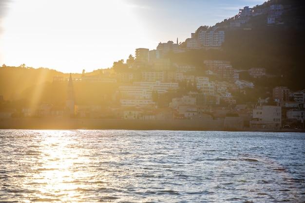 モンテネグロのブドヴァ市の旧市街の水からの眺めサンセットの聖ニコラス島からの眺め...