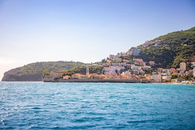 モンテネグロのブドヴァ市の旧市街の水からの眺め聖ニコラス島からの眺め