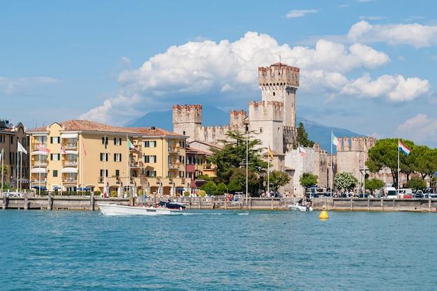 Вид с воды на город сирмионе, озеро гарда, италия