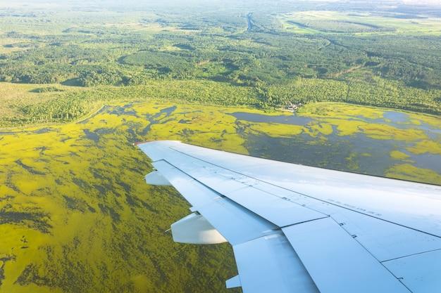 비행기 창에서 숲, 들판, 호수, 늪까지 보기