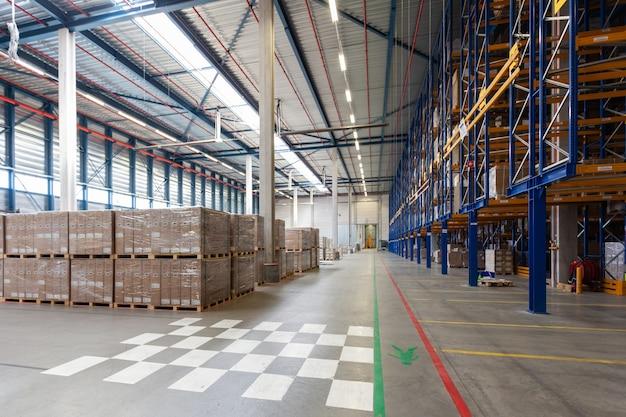 Vista del magazzino completo con carrello elevatore