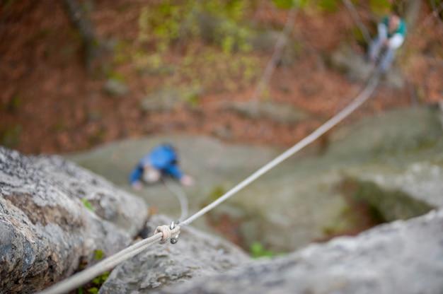登山者カラビナとロープをロープでぶら下げ