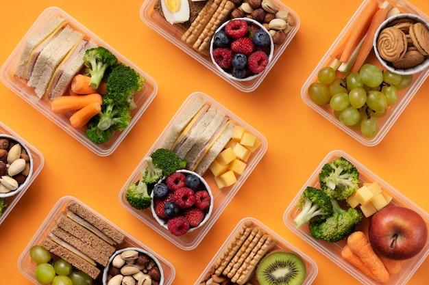 Disposizione di scatole per il pranzo di cibo sano sopra vista