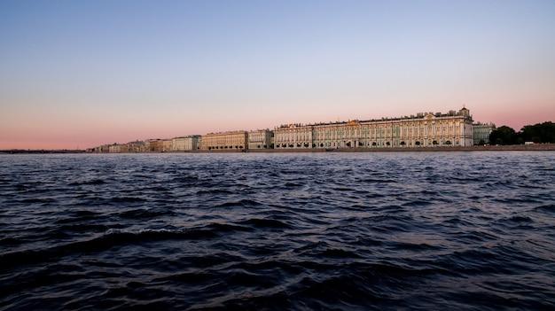 Посмотреть эрмитаж на неве и зимний дворец в санкт-петербурге