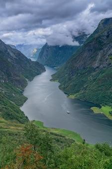 Вид на высокий красивый норвежский согне-фьорд.
