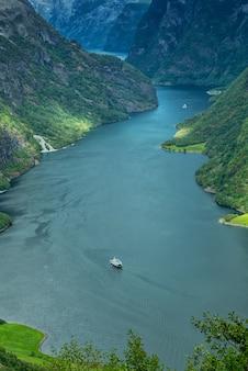 Взгляните высоко на красивый норвежский фьорд, согне-фьорд.
